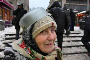 2013-12 UA maidan protester pot head - Copy