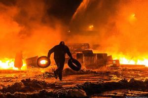 2014-01 UA23 769322 Ночь с 22 на 23 января, Грушевского в огне. Фото Ильи Варламова. hrushevskogo (Large)