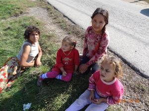 2014-10 DSC01414 DSC08432 livezeni kids on street side roma trip (Large)