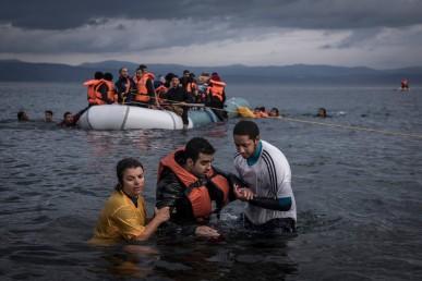 2015-11 refugee - boat landing - lesbos greece - Sergey ponomarev - NYT